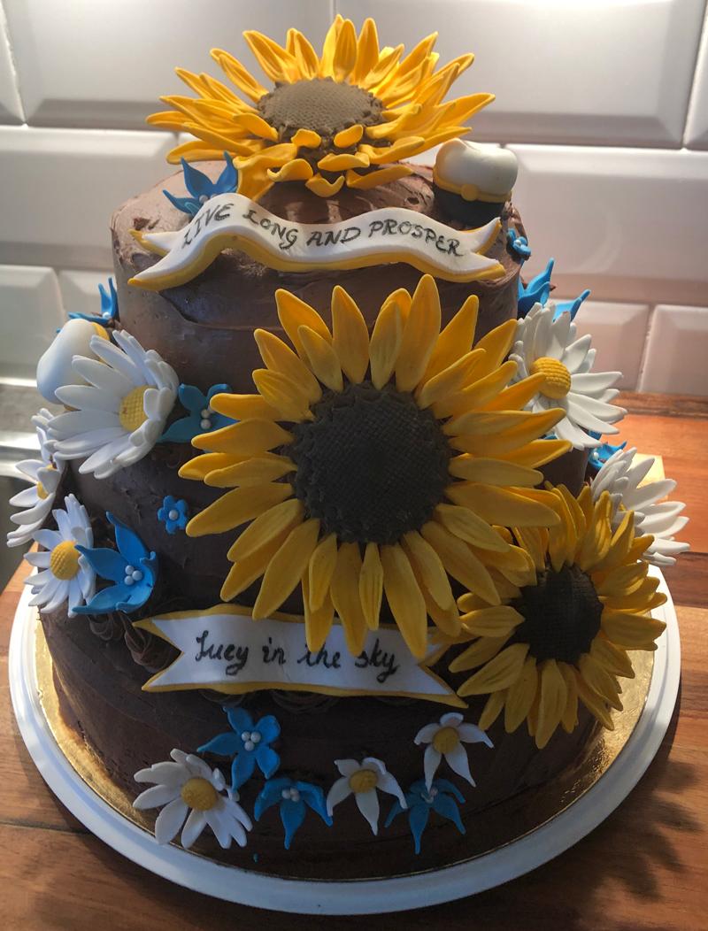 grädde, vaniljkräm och färska hallon. Denna tårta är bakad av Linnea Förare. Somrig studenttårta