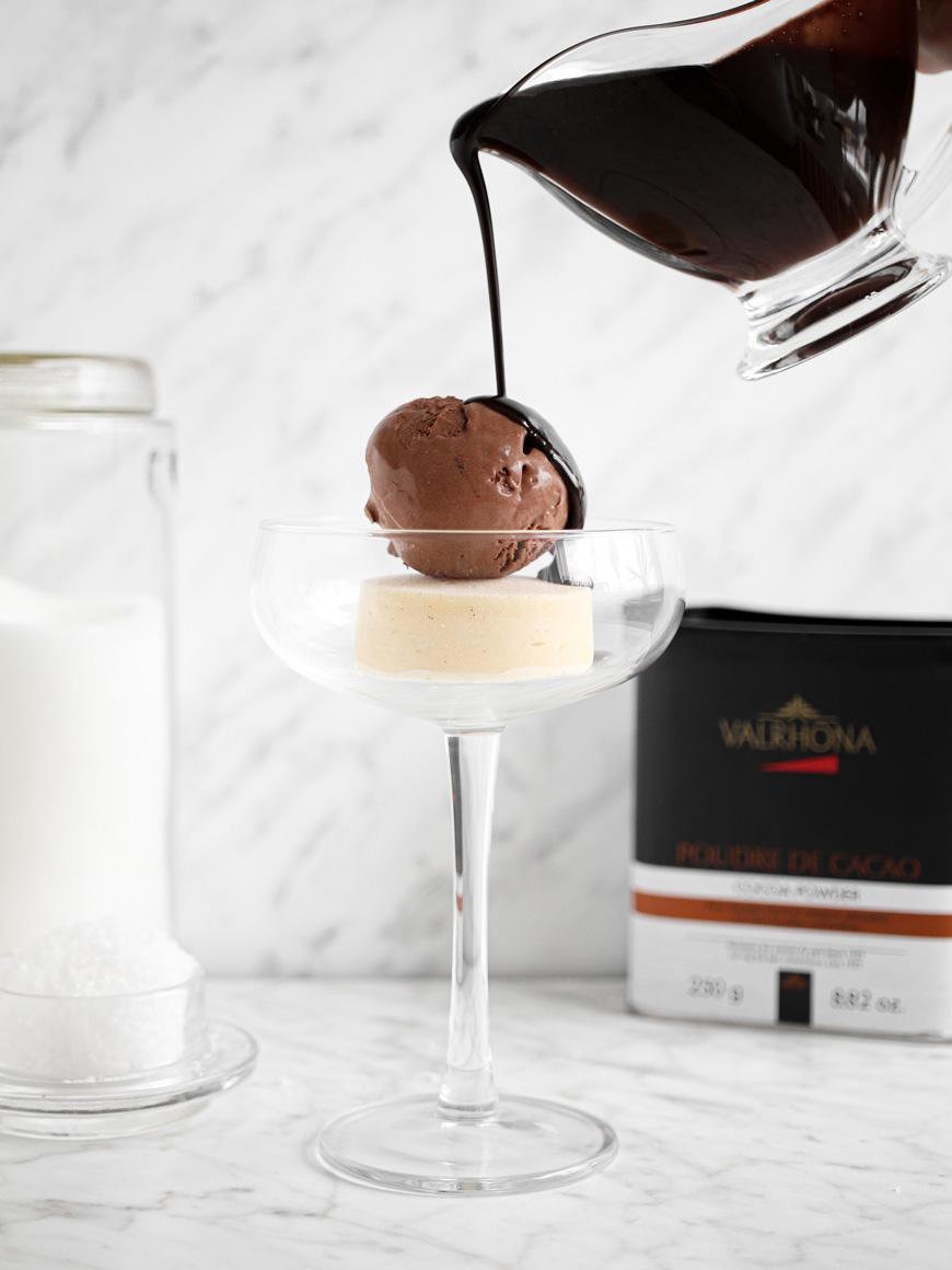 Häll chokladsås över glassen.