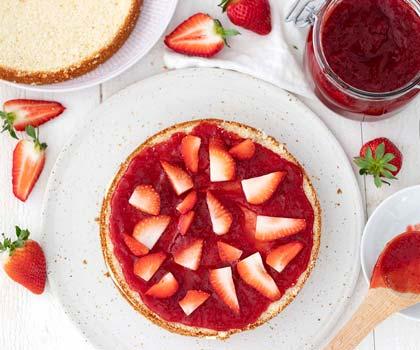 Jordgubbssylt och jordgubbar på tårtbotten.