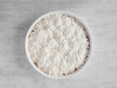 Blanda mjöl- och sockerblandningen och lägg i pajformen.