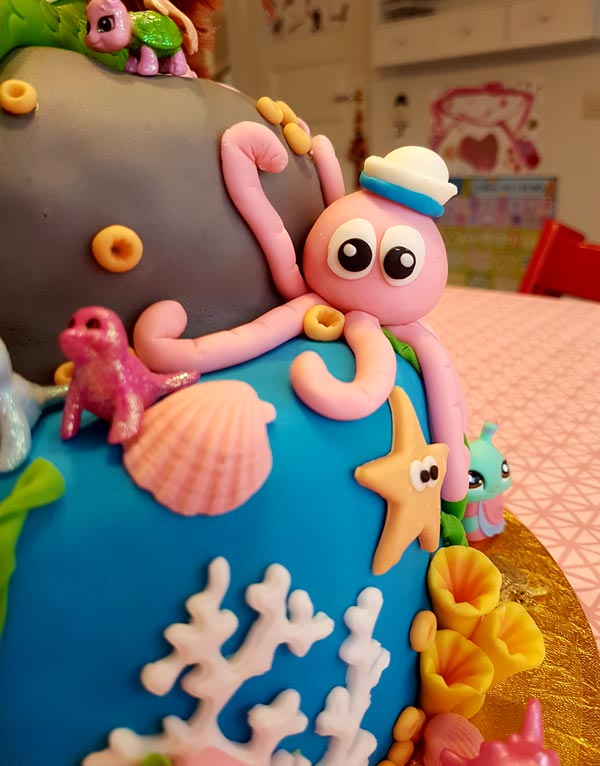 Närbild på bläckfisken på sjöjungfrutårtan.