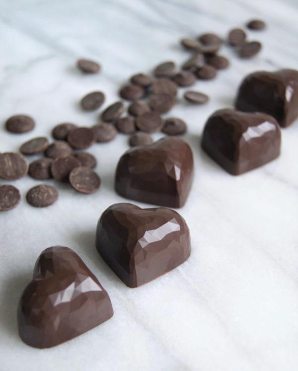 Praliner med tempererad choklad.