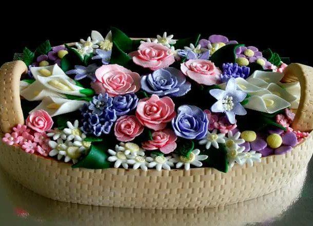 En blomsterkorg till morsdagstårta