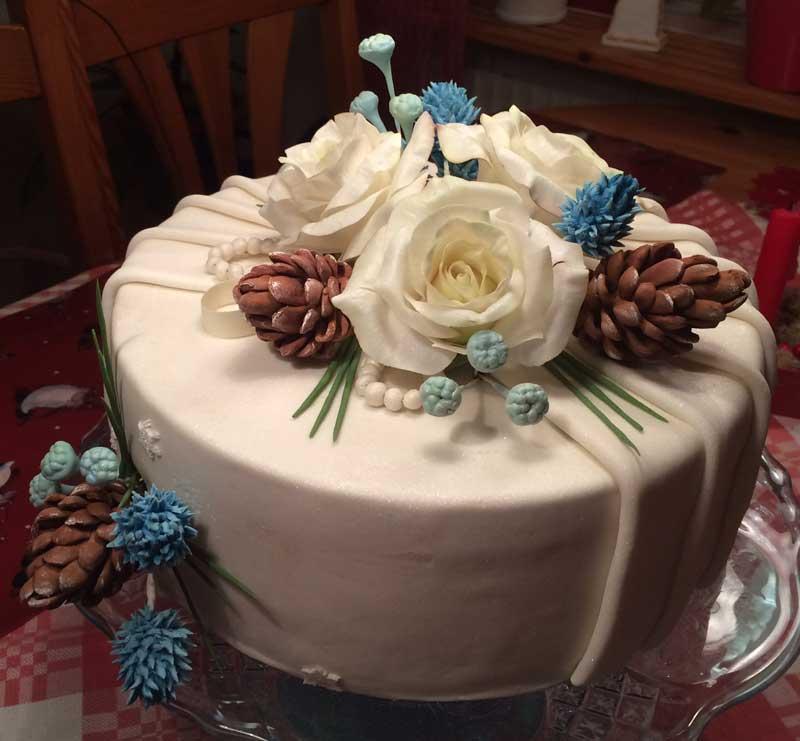 En Jul tårta ned gum pasta blommorna dekoration inskickad av Sanna Gurbanli