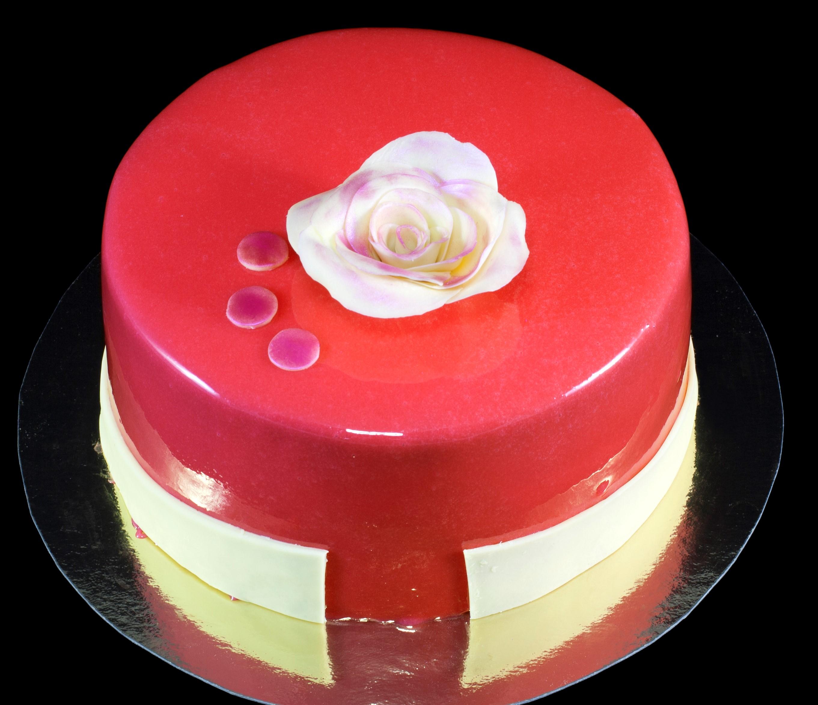 Röd glansig tårta.