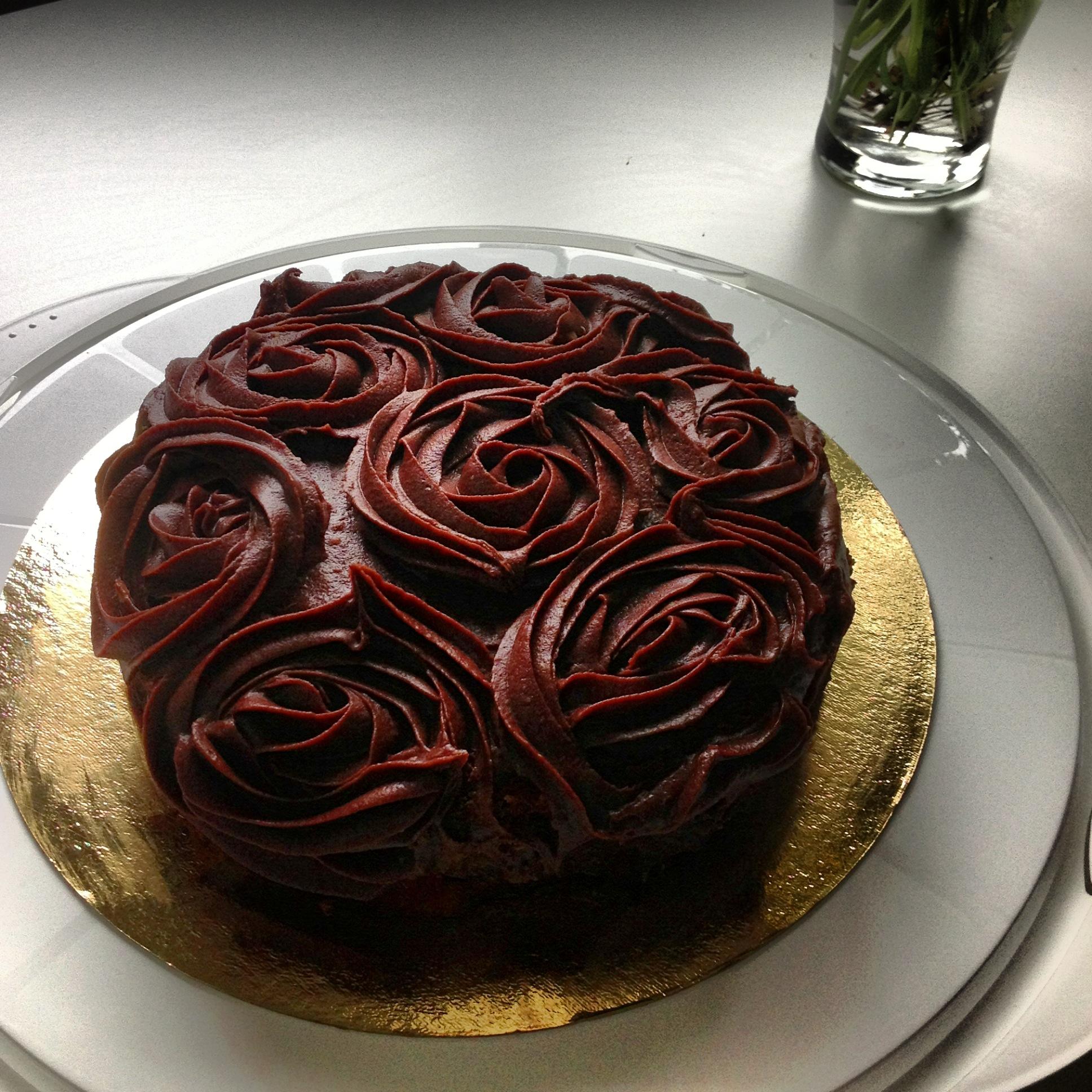 Chokladtårta täckt med spritsade choklarosor