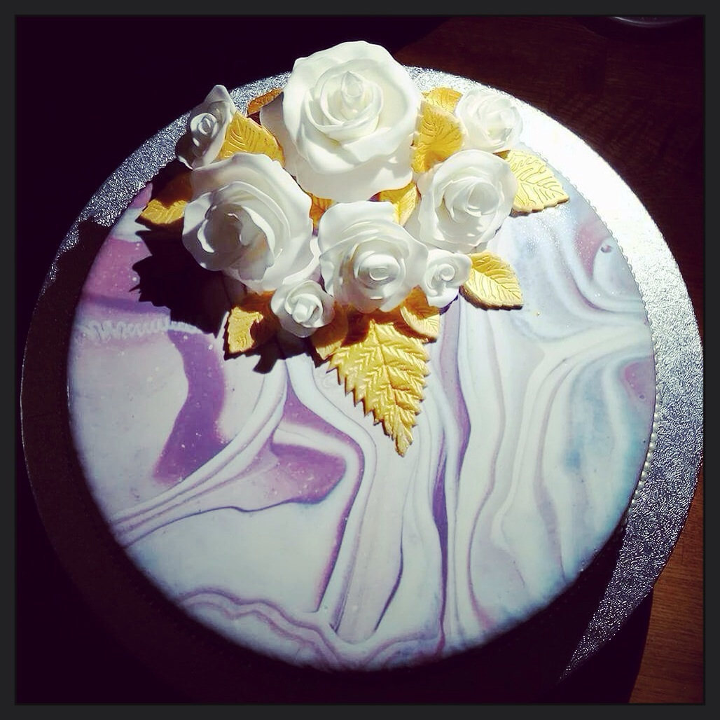 Marmorerad tårta i lila och vitt.