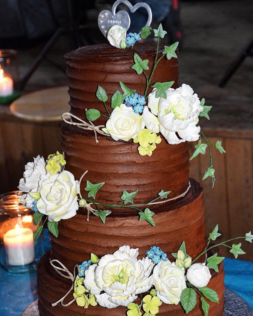 Rustik bröllopstårta i fyra våningar